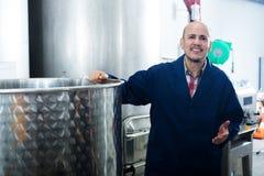 Rijpe arbeider in wijnmakerij Royalty-vrije Stock Afbeeldingen