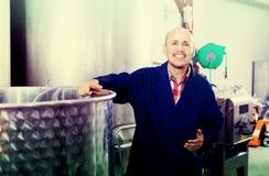 Rijpe arbeider in wijnmakerij Stock Foto's