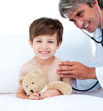 Rijpe arts die de impuls van weinig jongen controleert Royalty-vrije Stock Foto