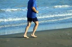 Rijpe atletenlooppas op het Overzeese Strand Royalty-vrije Stock Foto's