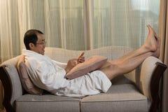 Rijpe Aziatische mens in badjas Stock Afbeeldingen