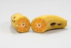Rijpe banaan met geïsoleerde sinaasappel royalty-vrije stock fotografie