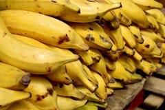Rijpe banaanhoop in stadsmarkt Stock Afbeeldingen