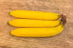 Rijpe bananen op hout Stock Afbeeldingen