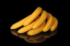 Rijpe bananen op zwarte achtergrond Royalty-vrije Stock Foto's