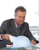 Rijpe Bedrijfsmens die Blauwdrukken bekijkt Royalty-vrije Stock Afbeelding