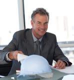 Rijpe Bedrijfsmens die Blauwdrukken bekijkt Stock Foto's