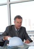 Rijpe Bedrijfsmens die Blauwdrukken bekijkt Stock Afbeeldingen