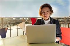 Rijpe bedrijfsvrouw die aan laptop werken Royalty-vrije Stock Afbeeldingen