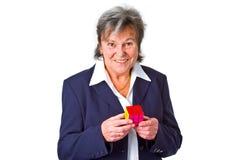 Rijpe bedrijfsvrouw die een Kubus houdt Royalty-vrije Stock Afbeeldingen