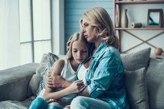 Rijpe blondevrouw die gefrustreerde dochter koesteren Concept verzoening van moeder met dochter royalty-vrije stock fotografie