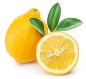 Rijpe citroenvruchten op een witte achtergrond stock afbeeldingen
