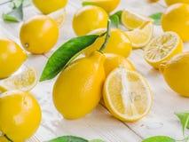 Rijpe citroenvruchten op het witte hout stock afbeeldingen