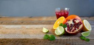 Rijpe Citrusvruchten op de Oude Houten Lijst Sinaasappel, Kalk, Citroenmunt Gezond voedsel De zomerachtergrond stock fotografie