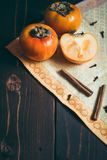 Rijpe dadelpruimen op houten lijst met kaneel stock afbeelding