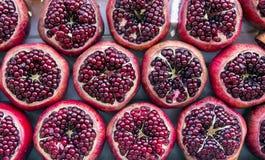 Rijpe dichte omhooggaand van het granaatappelfruit stock afbeeldingen