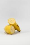 Rijpe die banaan op witte achtergrond wordt geïsoleerd stock foto
