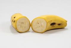 Rijpe die banaan op witte achtergrond wordt geïsoleerd royalty-vrije stock afbeelding