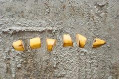Rijpe die banaan in plakken wordt gesneden stock fotografie