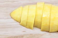 Rijpe die mango in stukken op Houten wordt gesneden Royalty-vrije Stock Foto