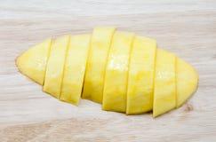 Rijpe die mango in stukken op Houten wordt gesneden Stock Afbeelding