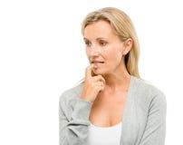 Rijpe die vrouw over de toekomst ongerust wordt gemaakt op witte backgrou wordt geïsoleerd stock afbeelding