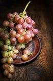 Rijpe druiven op een close-up van de kleiplaat Royalty-vrije Stock Foto