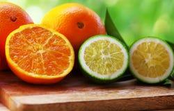 Rijpe en groene sinaasappelen Stock Foto's
