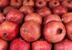 Rijpe en sappige granaatappel, achtergrond Stock Foto
