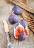 Rijpe fig.: dwarsdoorsnede en gehele vruchten Royalty-vrije Stock Foto's