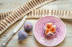 Rijpe fig.: dwarsdoorsnede en gehele vruchten Royalty-vrije Stock Afbeeldingen