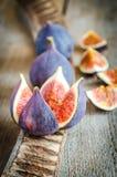 Rijpe fig.: dwarsdoorsnede en gehele vruchten Stock Afbeeldingen