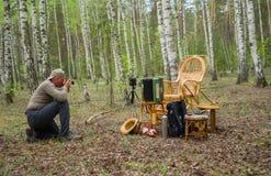 Rijpe fotograaf die een openluchtfoto maken Stock Afbeeldingen