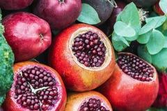 Rijpe fruitgranaatappel, appel en mooie rozen in stilleven stock foto's