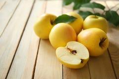 Rijpe gele appelen Royalty-vrije Stock Foto's