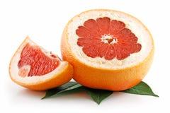Rijpe Gesneden Grapefruit met Geïsoleerde Bladeren Royalty-vrije Stock Afbeelding