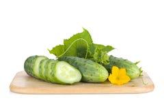 Rijpe gesneden komkommer op scherpe raad Stock Foto's