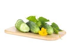 Rijpe gesneden komkommer op scherpe raad Royalty-vrije Stock Afbeeldingen