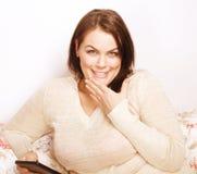 Rijpe glimlachende dicht omhoog geïsoleerde vrouw Stock Foto