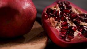 Rijpe granaatappel en zaden stock videobeelden