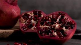 Rijpe granaatappel en zaden stock video