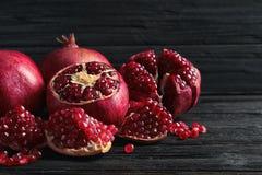 Rijpe granaatappels en zaden op lijst stock foto's