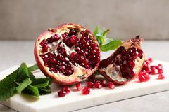 Rijpe granaatappels en zaden op lijst stock fotografie
