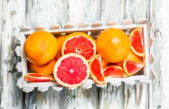 Rijpe grapefruit in de doos royalty-vrije stock foto's