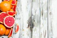 Rijpe grapefruit in de doos stock foto's