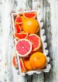 Rijpe grapefruit in de doos stock foto