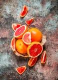 Rijpe grapefruit in de mand royalty-vrije stock foto's