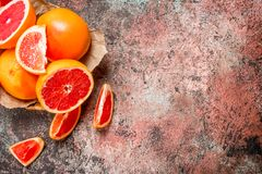 Rijpe grapefruit in de mand stock afbeeldingen