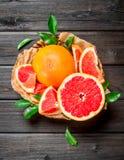 Rijpe grapefruit in de mand stock foto