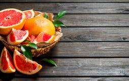 Rijpe grapefruit in de mand royalty-vrije stock afbeeldingen
